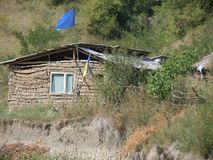 Flaga unia europejska wieszał na borowinowej budzie zdjęcia stock