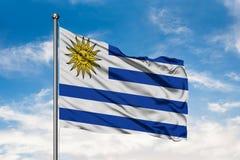 Flaga Urugwaj falowanie w wiatrze przeciw białemu chmurnemu niebieskiemu niebu Urugwajska flaga zdjęcie royalty free