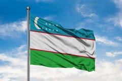 Flaga Uzbekistan falowanie w wiatrze przeciw białemu chmurnemu niebieskiemu niebu Uzbek flaga fotografia royalty free