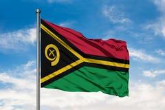 Flaga Vanuatu falowanie w wiatrze przeciw białemu chmurnemu niebieskiemu niebu Vanuatuan flaga zdjęcie royalty free