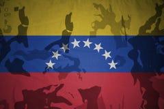 flaga Venezuela na khakiej teksturze opancerzenia napadu ciała zakończenia pojęcia flaga zieleni m4a1 militarny karabinu s strzał Fotografia Stock