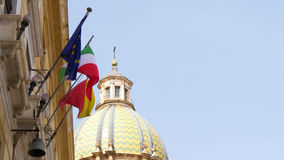 Flaga Włochy i Europejski zjednoczenie na dachu przy Rzym zdjęcie royalty free