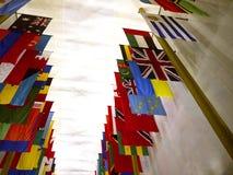 Flaga wszystkie narody przy John F Kennedy sztukami Centre w washington dc usa zdjęcie royalty free