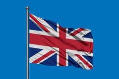 Flaga Zjednoczone Królestwo falowanie w wiatrze przeciw głębokiemu niebieskiemu niebu brytyjska flag? zdjęcia stock