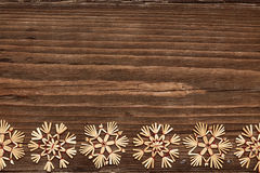 Flagar Wood bakgrund för snöflingor, julsnö vinterferie royaltyfri bild