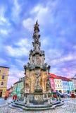 Flagele a coluna no quadrado principal de Jindrichuv Hradec, República Checa fotografia de stock