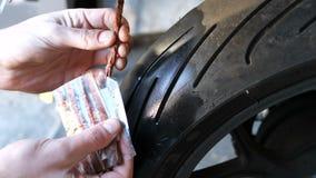 Flagella voor het herstellen van banden zonder binnenband Ruw rubber voor het vulcaniseren puncturen in banden stock video