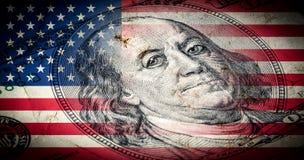 Flagga av Amerika med gammal grungetextur och ståenden av Benjamin Franklin på hundra dollar vektor illustrationer