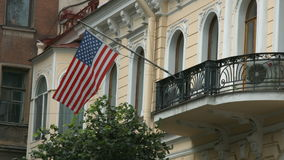 Flagga av Amerikas förenta stater som vinkar på vinden stock video