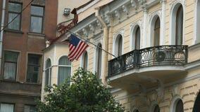 Flagga av Amerikas förenta stater som vinkar på vinden arkivfilmer
