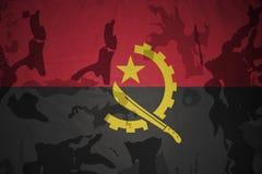 flagga av Angola på den kaki- texturen gevär s för green m4a1 för flaggan för begreppet för closen för armoranfallhuvuddelen sköt Royaltyfria Foton