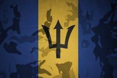 flagga av Barbados på den kaki- texturen gevär s för green m4a1 för flaggan för begreppet för closen för armoranfallhuvuddelen sk Royaltyfri Bild