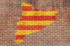 Flagga av Barcelona på avbrottsväggbakgrunden Royaltyfri Foto