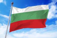 Flagga av Bulgarien som framkallar mot en klar blå himmel Arkivfoton