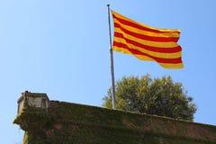 Flagga av Catalonia på den Montjuic slotten, Barcelona, Spanien royaltyfri bild