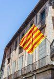 Flagga av Catalonia som vinkar i centret av Girona spain Royaltyfri Bild