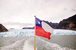 Flagga av Chile på Sanen Rafael Glacier, Patagonia, Chile Fotografering för Bildbyråer