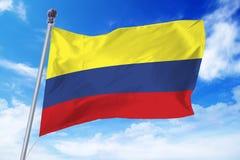Flagga av Colombia som framkallar mot en klar blå himmel Arkivbilder