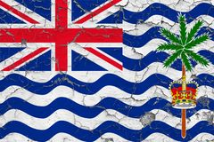 Flagga av det brittiska Indiska oceanenterritoriet som målas på den spruckna smutsiga väggen Nationell modell p? tappningstilytte arkivbild