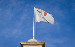 Flagga av det Mdina stadsslaget i en vindbris ovanför den Medina porten i centrala Malta på den gamla historiska slotten royaltyfri bild