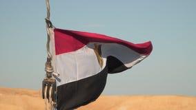 Flagga av Egypten på bakgrunden av en öde kust arkivfilmer