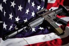 Flagga av Förenta staterna med geväret Arkivfoton