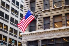 Flagga av Förenta staterna på en skyscrapper i New York Arkivfoton