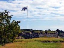 Flagga av Finland i Suomenlinna den maritima fästningen på öarna i hamnen av Helsingfors royaltyfria foton