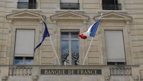 Flagga av Frankrike och för europeisk union vågor i vinden på flaggstången Lokaliserat på den nationella banken av Frankrike l?ng lager videofilmer