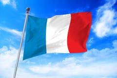 Flagga av Frankrike som framkallar mot en blå himmel Royaltyfria Bilder