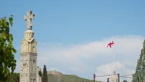 Flagga av Georgia på territoriet av domkyrkan av den heliga Treenighet stock video