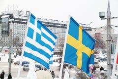 Flagga av Grekland och Sverige i stad Arkivbild