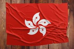 Flagga av Hong Kong p? en tr?tabellbakgrund B?sta sikt f?r rynkig flagga arkivfoton