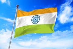 Flagga av Indien som framkallar mot en klar blå himmel Royaltyfria Bilder