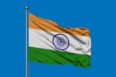 Flagga av Indien som vinkar i vinden mot djupblå himmel Indier sjunker arkivfoto