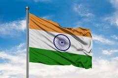 Flagga av Indien som vinkar i vinden mot vit molnig blå himmel Indier sjunker fotografering för bildbyråer