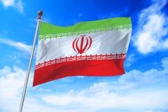 Flagga av Iran som framkallar mot en blå himmel Royaltyfri Bild