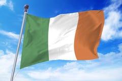 Flagga av Irland som framkallar mot en klar blå himmel Arkivfoton