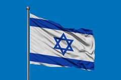 Flagga av Israel som vinkar i vinden mot djupblå himmel flag israelen royaltyfria foton