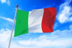 Flagga av Italien som framkallar mot en blå himmel Arkivfoton