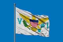 Flagga av Jungfruöarna av Förenta staterna som vinkar i vinden mot djupblå himmel arkivbild