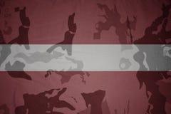 flagga av Lettland på den kaki- texturen gevär s för green m4a1 för flaggan för begreppet för closen för armoranfallhuvuddelen sk Arkivbilder
