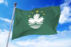 Flagga av Macao som framkallar mot en klar blå himmel Fotografering för Bildbyråer