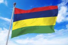 Flagga av Mauritius som framkallar mot en klar blå himmel Royaltyfri Bild