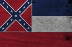 Flagga av Mississippi på träplattabakgrund Textur för GrungeMississippi flagga, staterna av Amerika royaltyfria bilder