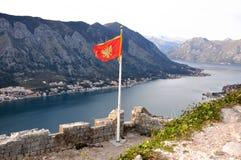 Flagga av Montenegro i Kotor Arkivbilder