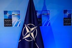Flagga av NATO, efter presskonferens Royaltyfria Foton