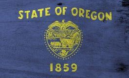 Flagga av Oregon på träplattabakgrund Textur för GrungeOregon flagga, staterna av Amerika royaltyfri fotografi