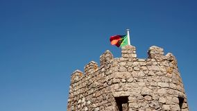 Flagga av Portugal överst av slotttornet arkivfilmer