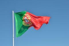 Flagga av Portugal i vinden Arkivfoton